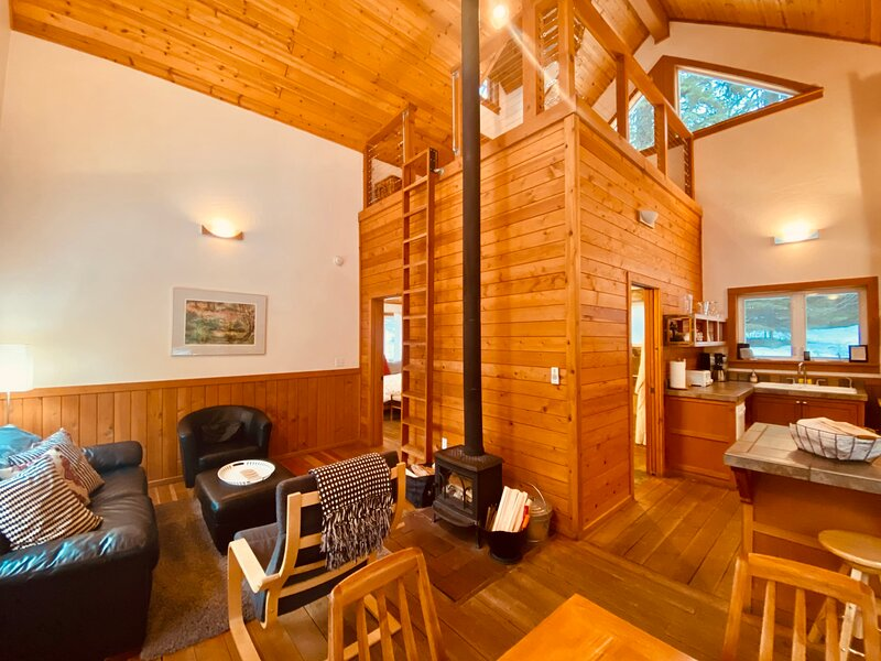#1A Chinquapin Mountain ~ Green Springs Cabins ~ Jacuzzi Tub, holiday rental in Hornbrook