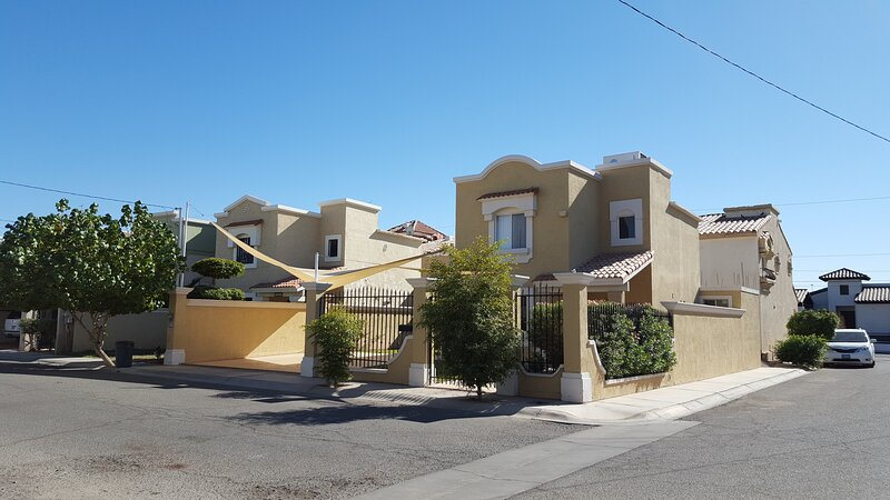 Full house in a gated community with 24/7 SECURITY - Plenty of parking space, holiday rental in Mexicali