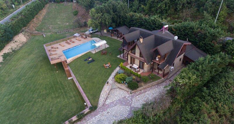 Hyper Luxurious Villa Tuman, holiday rental in Pella Region