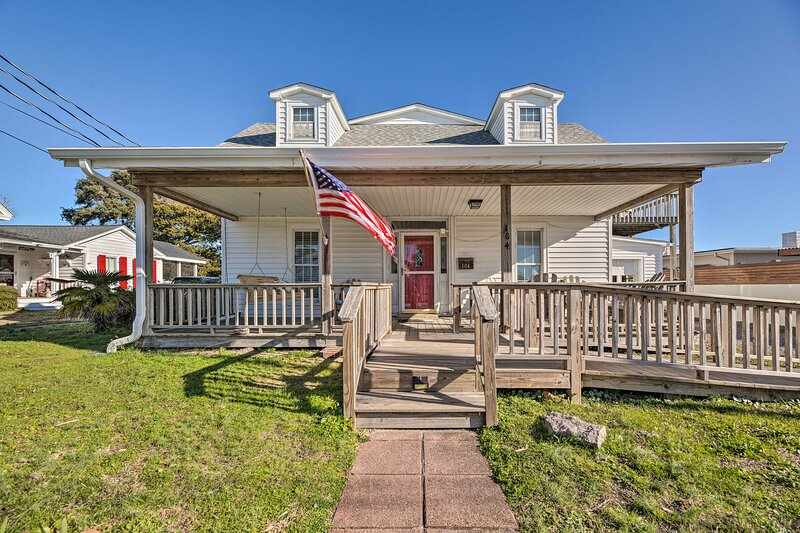NEW! Charming Retreat w/ Water View, Walk to Dtwn!, location de vacances à Harkers Island