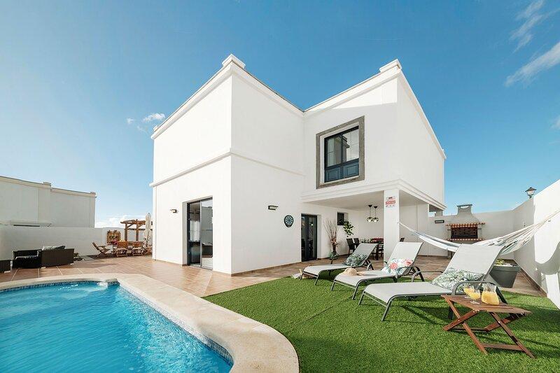 VILLA CLARA - Piscina climatizada y barbacoa, holiday rental in Playa Blanca