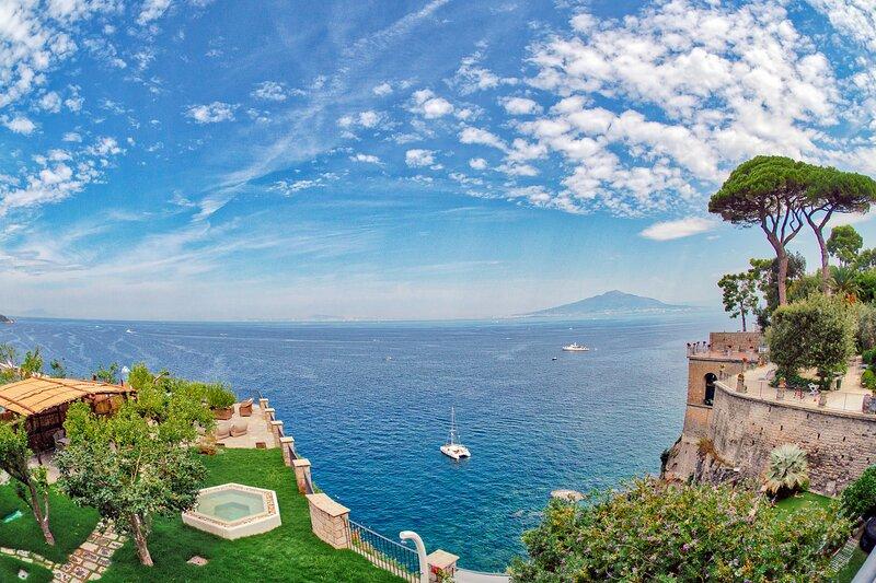 AMORE RENTALS -Villa Galidia with Jacuzzi, Sea View, Garden and Air Conditioning, aluguéis de temporada em Sorrento