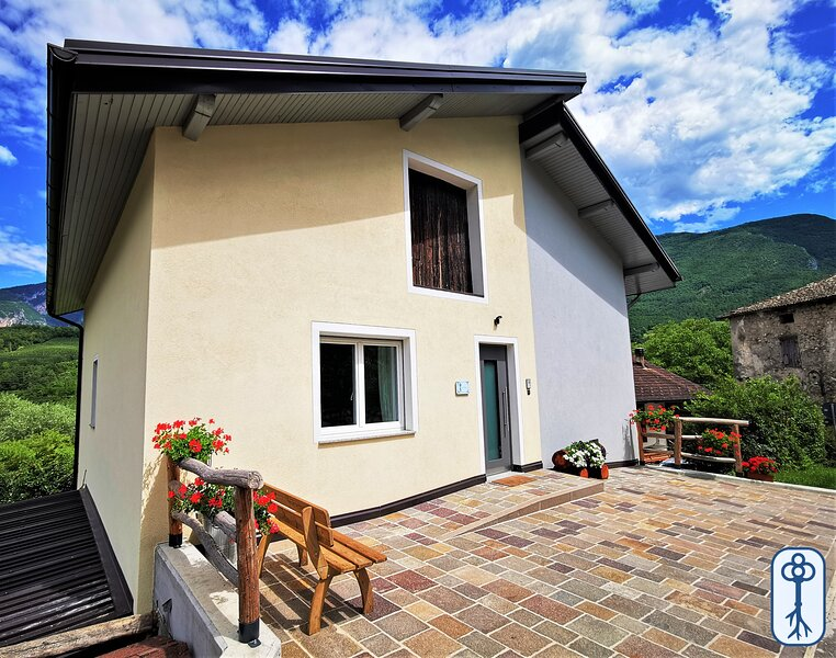 Holiday home in typical Maso, between nature and tradition, Ferienwohnung in Cunevo