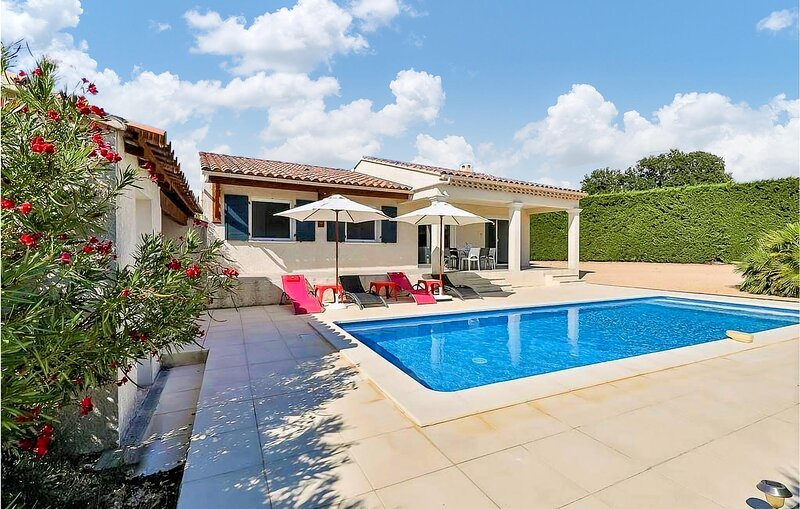 Awesome home in Cairanne with Outdoor swimming pool, WiFi and 3 Bedrooms (FPV749, holiday rental in Saint-Roman-de-Malegarde