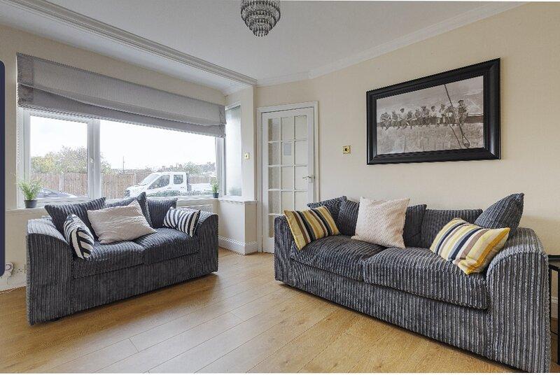 Modern 4 bed house in Heathrow, London, vacation rental in Chertsey