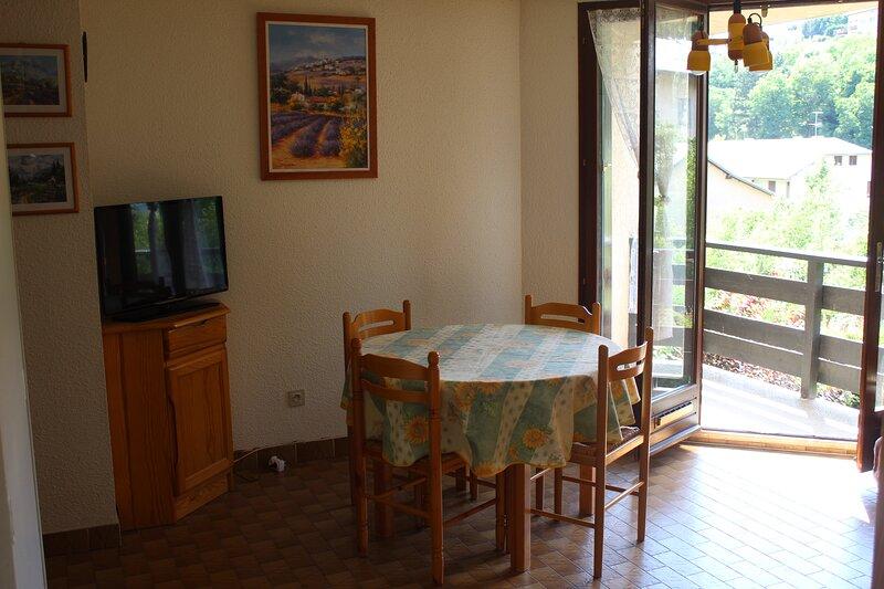 Appartement, au calme, à deux pas du plan d'eau, holiday rental in Puy-Sanieres