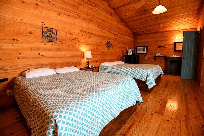 Cabin #21 with 2 queen beds, holiday rental in Vanderpool