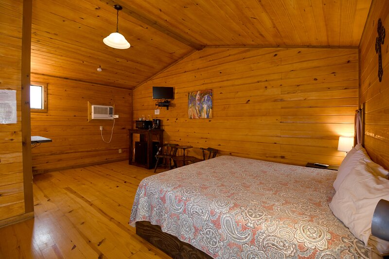 Cabin #16 - Cozy king room with tasteful decor, holiday rental in Vanderpool
