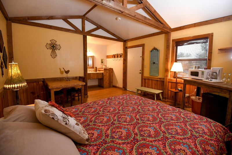 Cabin #13 - Charming Cabin in natural settings, holiday rental in Vanderpool