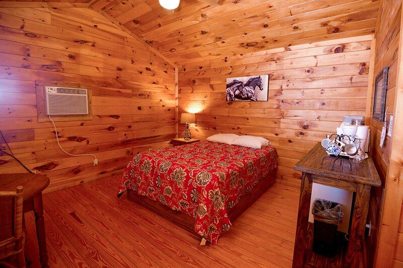 Cabin #14 -Pet Friendly Cabin Immersed in Wildlife, holiday rental in Vanderpool