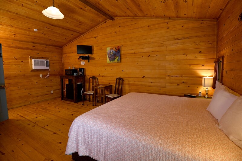 Cabin #18 - Cheerful cabin in a rural setting, holiday rental in Vanderpool