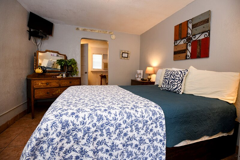 Cozy Inn for Two - In Center of Charming Town Leakey - Enjoy Nature!, holiday rental in Vanderpool