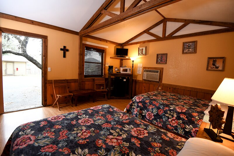 Cabin #7 - Cabin in a woodsy setting close to town, holiday rental in Vanderpool