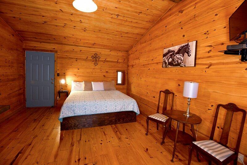 Peaceful King Suite Retreat - Walk to Town, holiday rental in Vanderpool