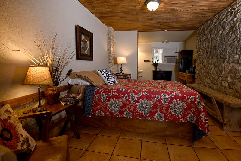 Charming Casita Inn Room for 2! Walking Distance to Town, holiday rental in Vanderpool