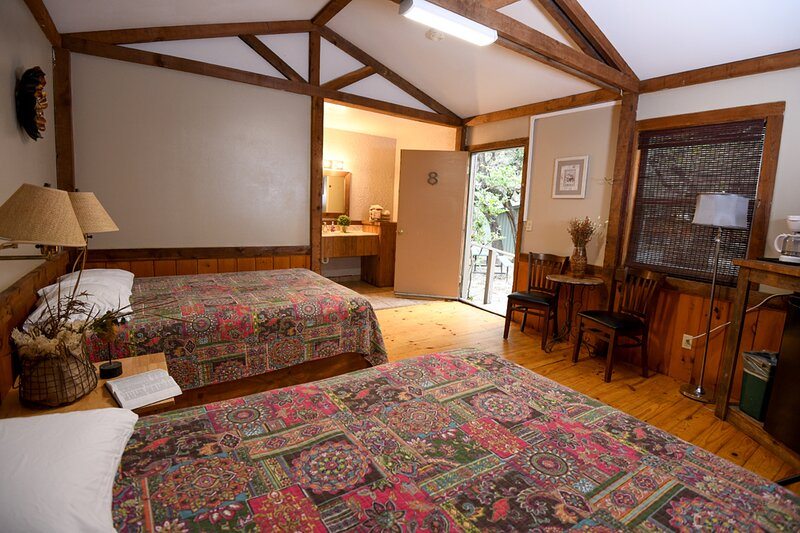 Cabin #8 - Country cabin with woodsy surroundings, holiday rental in Vanderpool