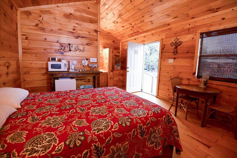 Cabin #10 - Quaint Cabin nestled in rural setting, holiday rental in Vanderpool
