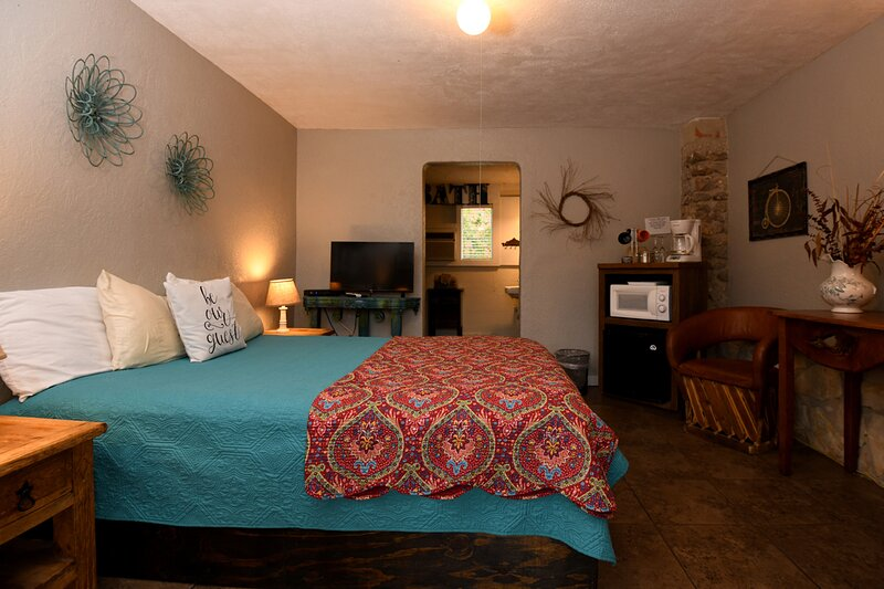 Charming Historic Inn Room - Center of Town - Great Amenities, holiday rental in Vanderpool