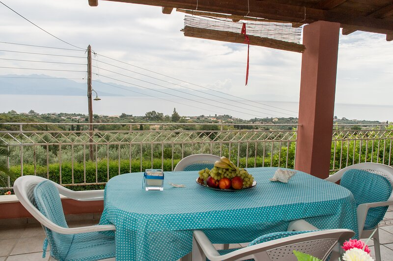 Country house with panoramic view and beach access, aluguéis de temporada em Karpofora