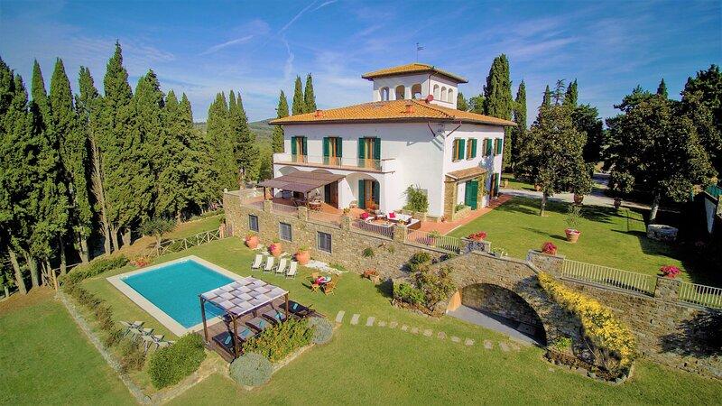 Bellissima Villa nel Chianti Classico, 8 camere con bagno, piscina, 14km Firenze, holiday rental in Mosciano