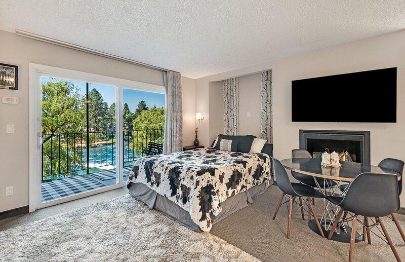 Cozy one-bedroom condo overlooking the Deschutes, holiday rental in Tumalo