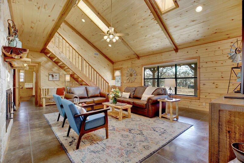 Stunning Luxury Cabin Near Town-Wheelchair Access!, alquiler de vacaciones en Fredericksburg