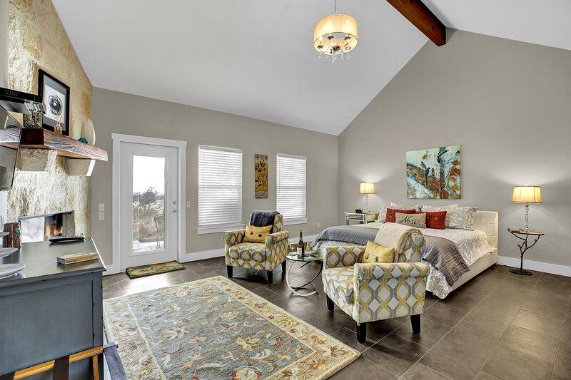 New! Luxury Cottage w/StunningViews-Spa Bath-Patio, location de vacances à Doss