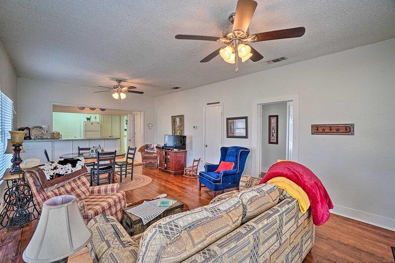 Charming Cottage < 4 Miles From Lake Jacksboro!, holiday rental in Jacksboro