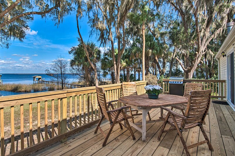 NEW! Waterfront Home w/ Direct Lake Access & Dock!, vacation rental in Satsuma