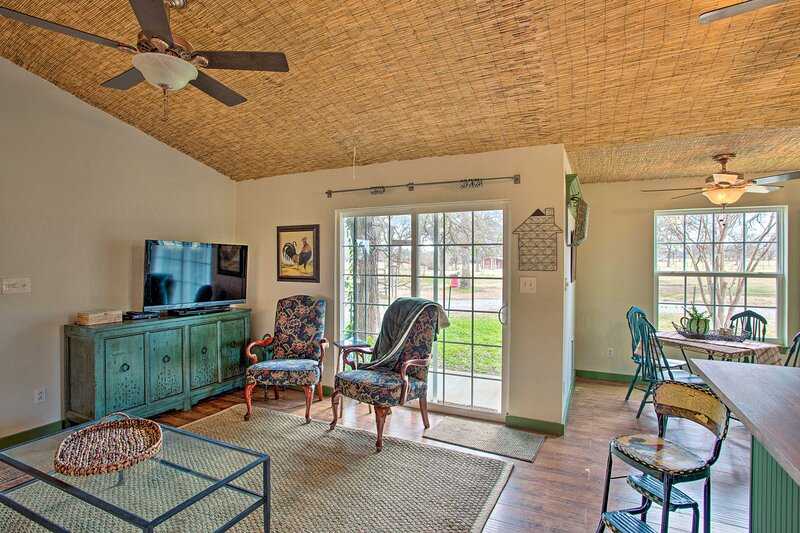 NEW! Quaint Countryside Casita: 45 Mi to Ft. Worth, holiday rental in Weatherford