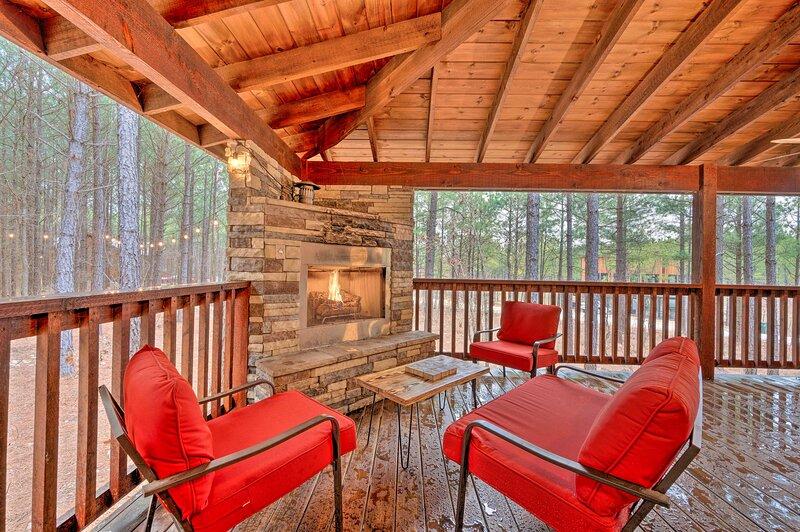 Broken Bow Cabin w/ Hot Tub, Fire Pit & > 1 Acre!, Ferienwohnung in Hochatown