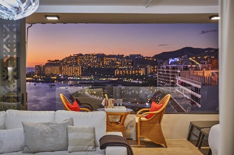 Wake up to Gorgeous Ocean Views from this Chic Apartment, location de vacances à Cornisa del Suroeste