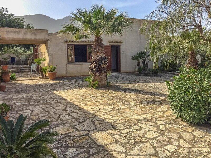 Casa Carrubbo, Fantastic rustic villa with private garden, location de vacances à Zarbo di Mare