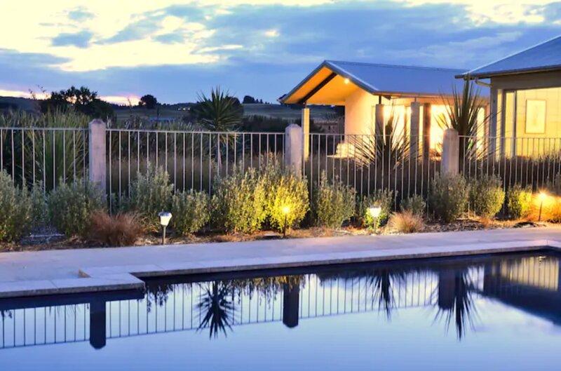 Designer pad amidst the vineyards with use of salt water lap pool, aluguéis de temporada em Clive