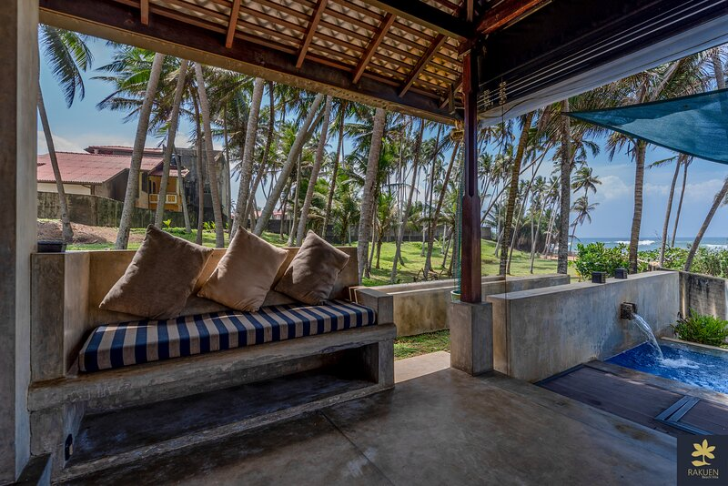 Rakuen Beach Villa - Secluded property right on a beautiful beach, holiday rental in Rathgama
