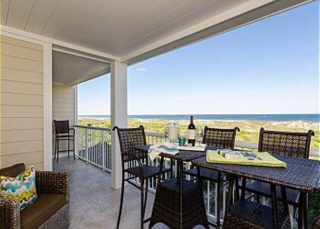 High-end luxury abounds in this completely remodeled ocean-front standout., casa vacanza a Ogden
