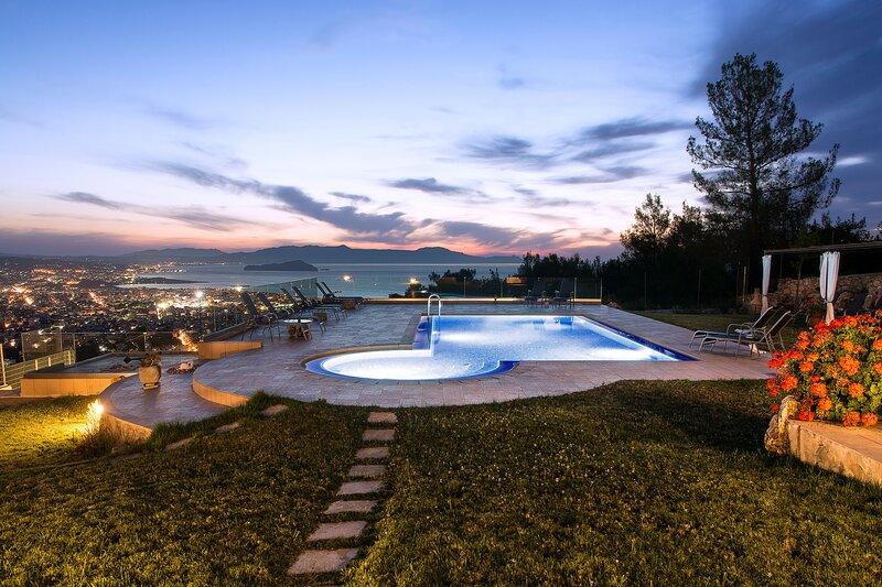 Golden View villa, Incredible Exteriors & Privacy !, alquiler vacacional en Acrotiri