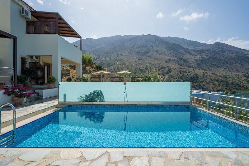 Family Villa Bluefairy Rea w/Pool, walk to Restaurants! 2 km to the Beach!, vacation rental in Kournas