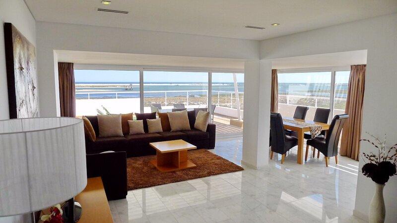 Penthouse Luxury with breath taking uninterrupted sea views, aluguéis de temporada em Fuseta