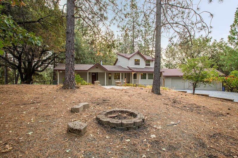 Mountain Retreat with Hot Tub & Pool Table - Just over 1 hour to Squaw Valley, casa vacanza a Pilot Hill