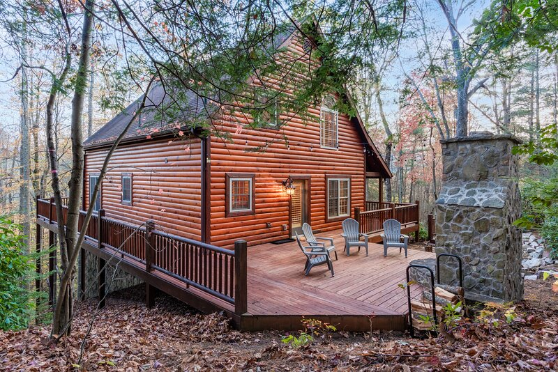 Iron Mountain Lodge - Beautiful Cabin with New Hot Tub & Views of National, holiday rental in Elizabethton