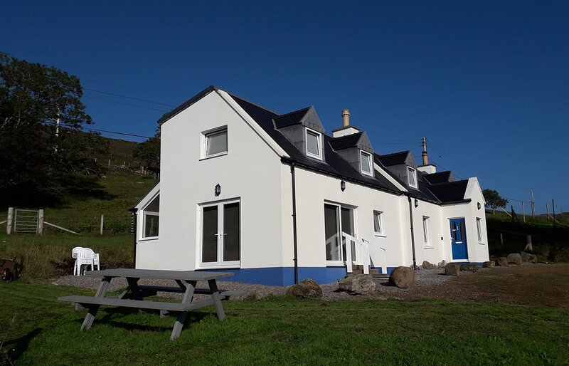 9 Achnacloich is a spacious croft house with amazing views!, holiday rental in Elgol