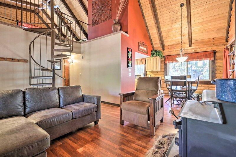 NEW! Comfy Lakeside Log Cabin - Hike, Swim & Ski!, alquiler vacacional en Pinetop-Lakeside