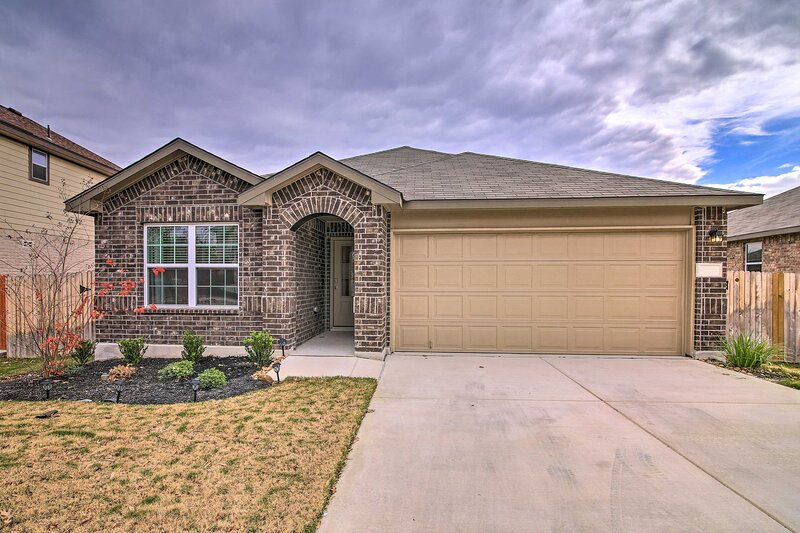 NEW! Updated Family Home w/ Yard: 6 Mi to SeaWorld, holiday rental in Lakehills