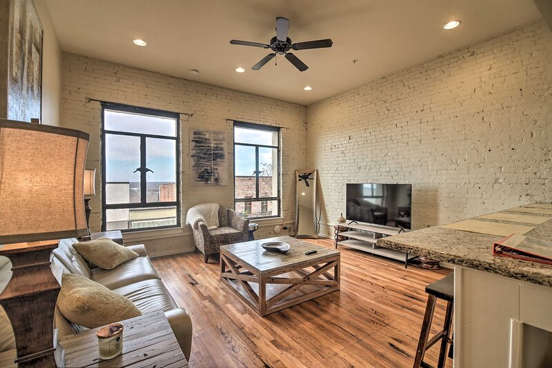NEW! Comfy Dtwn Condo w/ Patio Access in Vicksburg, vacation rental in Vicksburg