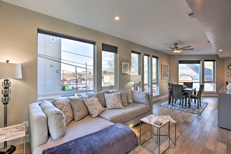 NEW! Townhome w/ Rooftop Deck: Walk to Mile High!, holiday rental in Edgewater