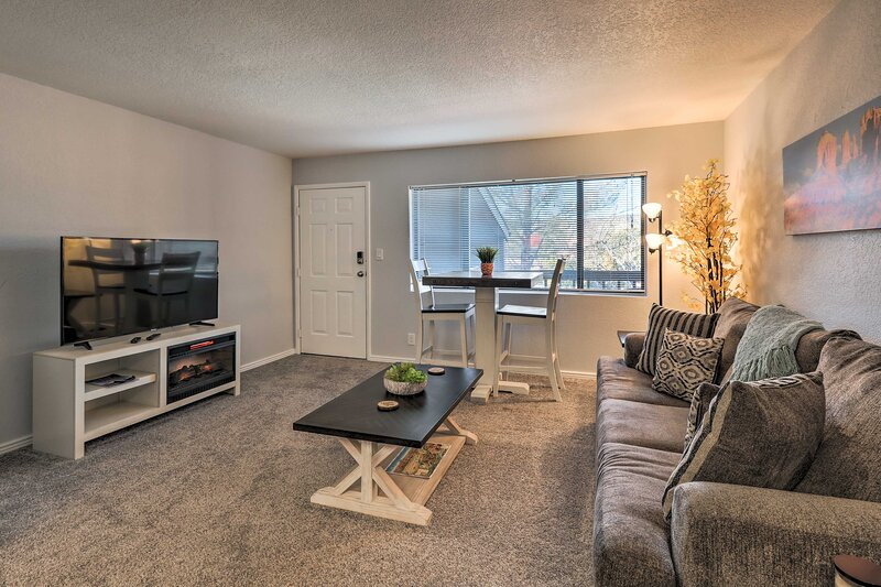 NEW! Sedona Escape: Walk to Dining, 7 Mi to Uptown, holiday rental in Village of Oak Creek