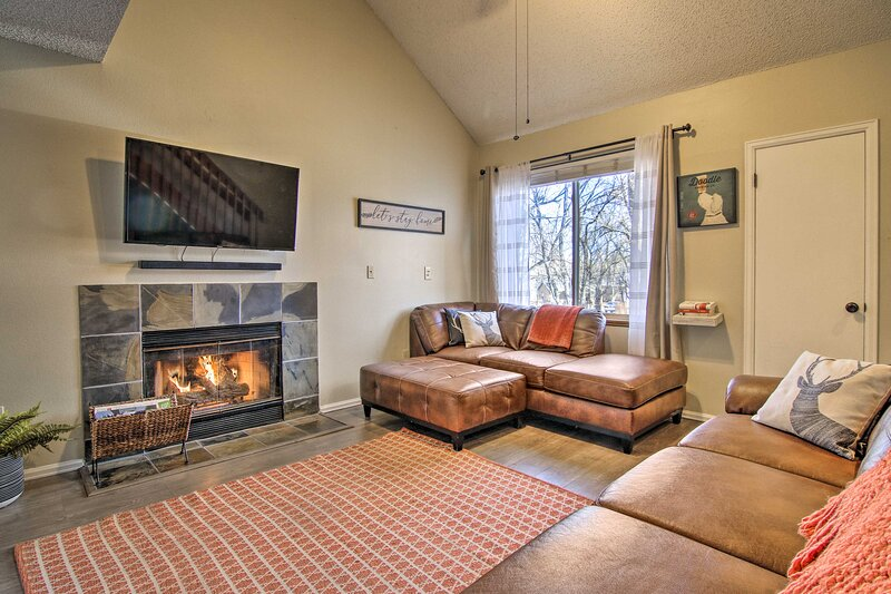 NEW! Manitou Springs Condo w/ Hammock + Mtn Views!, location de vacances à Manitou Springs