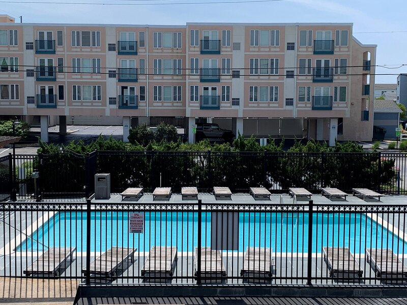 Rare find! Immaculate and modern condo with a community pool!, location de vacances à Dewey Beach