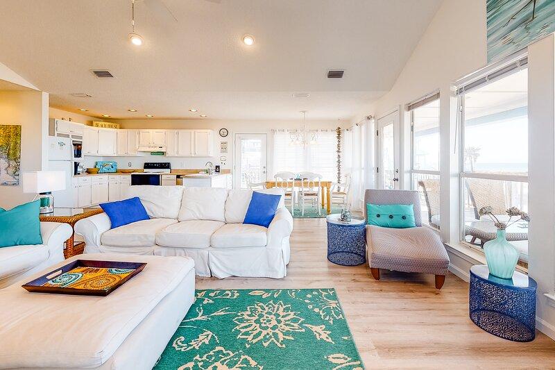 New listing! Lovely retreat steps from the beach w/ spacious deck & bay views!, aluguéis de temporada em Grand Bay